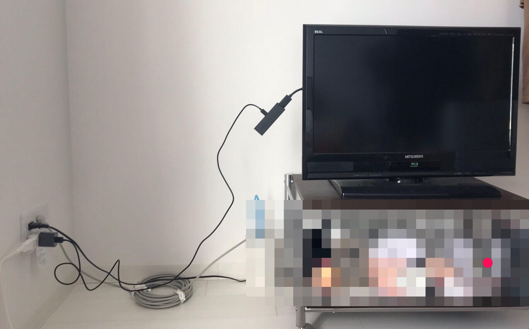 Fire TV Stick 4kの電源を遠くのコンセントからとっているためコードがダサい図